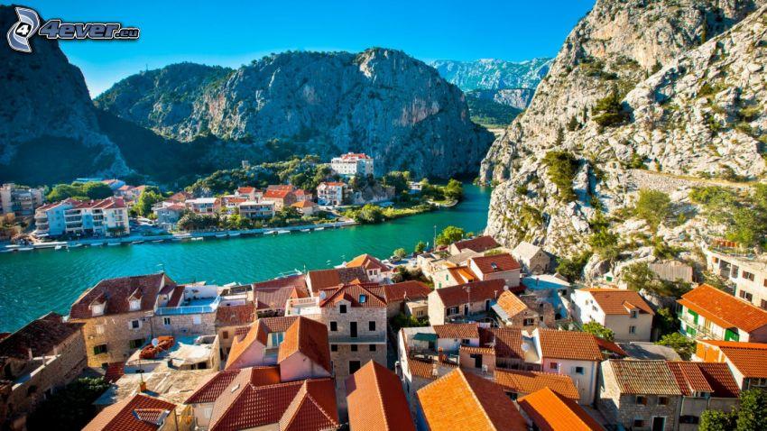 Omiš, Croacia, ciudad costera, casitas, rocas