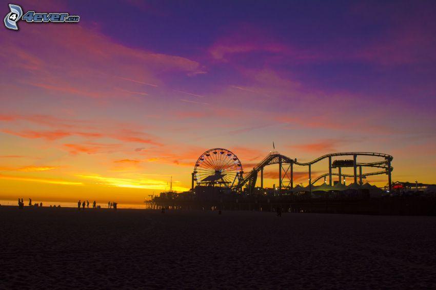 parque de atracciones, rueda de la fortuna, después de la puesta del sol