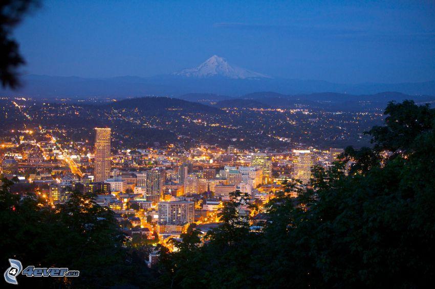 Portland, ciudad de noche, montaña nevada