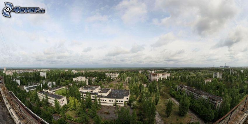 Prípiat, bloque de pisos, árboles