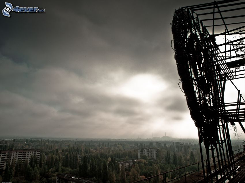 Prípiat, Chernobyl, árboles, nubes oscuras
