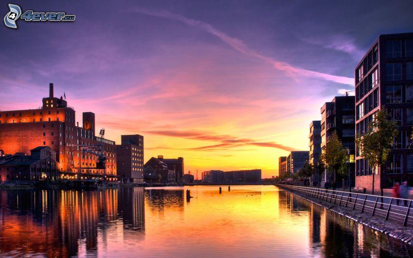 río, después de la puesta del sol, edificios, ciudad