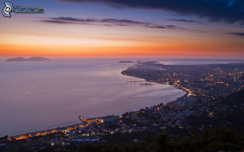 Vlora, Albania, ciudad costera, ciudad de noche, vista al mar