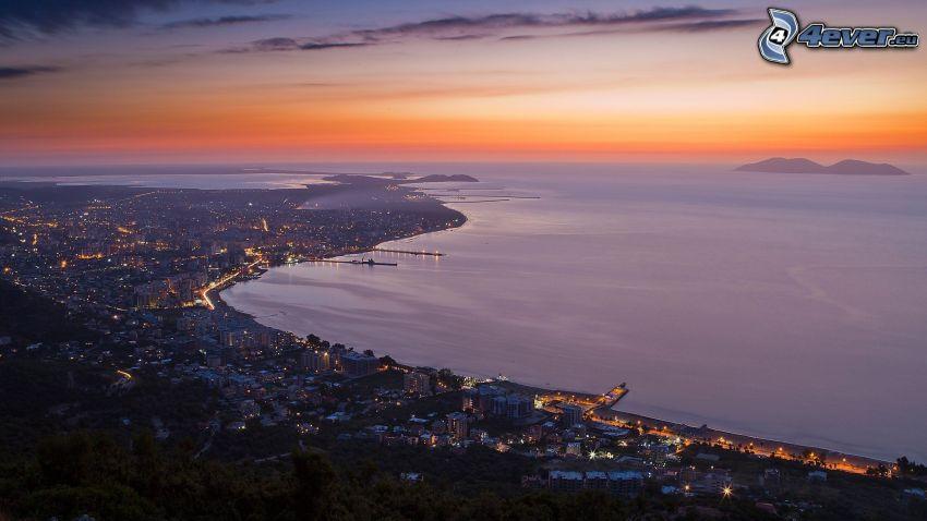 Vlora, ciudad costera, después de la puesta del sol