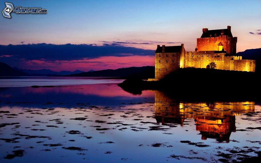 Eilean Donan, Escocia, castillo, atardecer, iluminación, lago, cielo púrpura