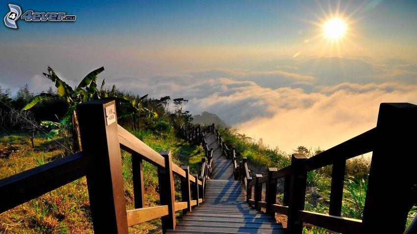 escalera, puesta de sol sobre las nubes