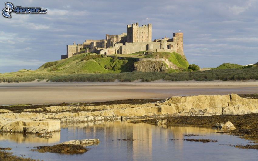 Bamburgh castle, playa rocosa