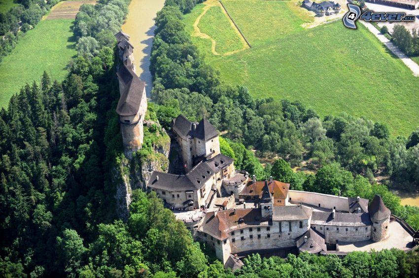 Castillo de Orava, prado, bosque