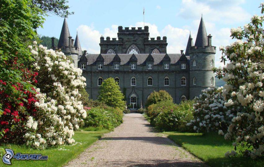 castillo Inveraray, acera, árboles en flor