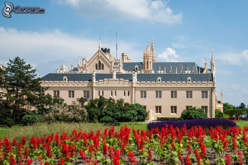 Castillo Lednice, flores rojas, parque