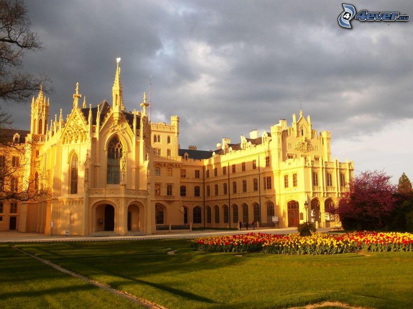 Castillo Lednice, jardín, nubes oscuras
