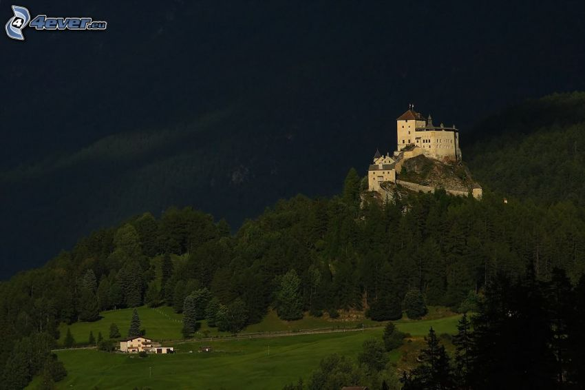 Castillo Tarasp, atardecer, bosques de coníferas
