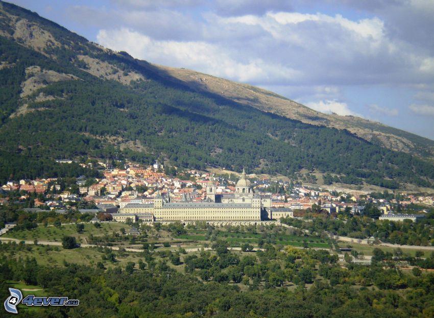 El Escorial, bosque, colina, pueblo