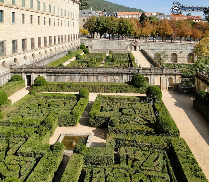 El Escorial, jardín, acera, casas