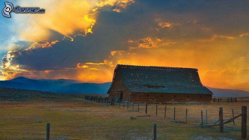 granja americana, granero, nubes