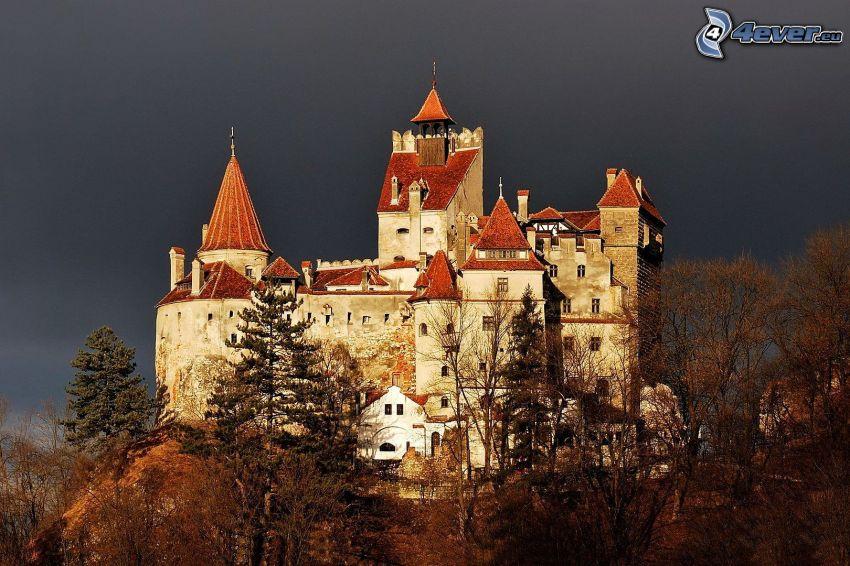 Hunyad, castillo, árboles otoñales, cielo oscuro