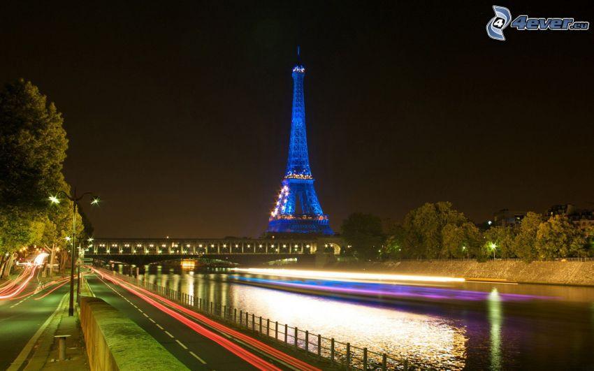 La torre Eiffel de noche, París, Francia, camino, Río Sena