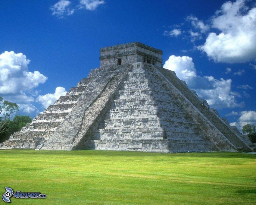 pirámide maya El Castillo, césped