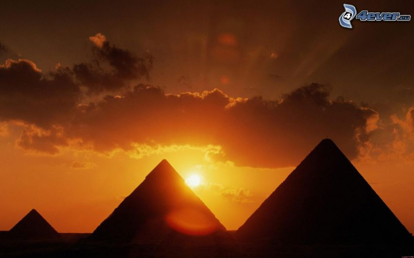 Pirámides en Egipto al atardecer, nube, desierto