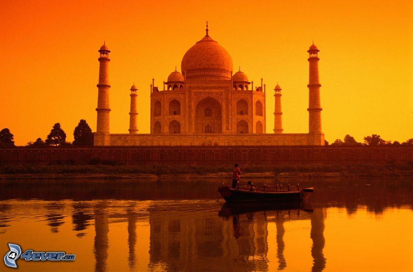 Taj Mahal, barco en el río, cielo anaranjado