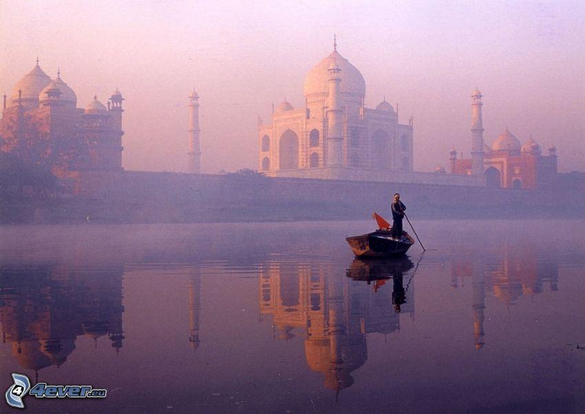 Taj Mahal, barco en el río, niebla