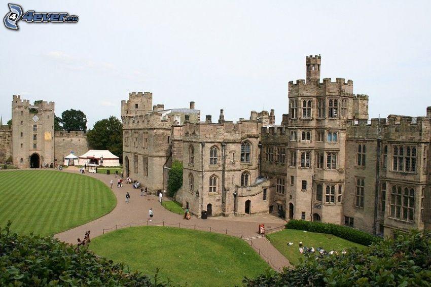Warwick Castle, acera