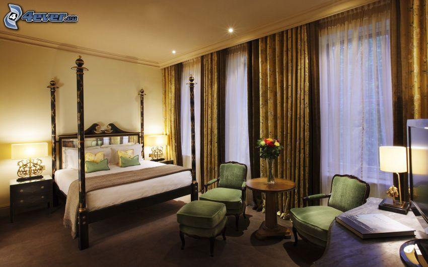 dormitorio, cama doble, sillas, ventanas