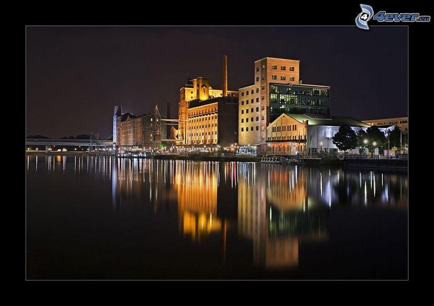 fábrica antigua, casas, río, noche, iluminación, reflejo