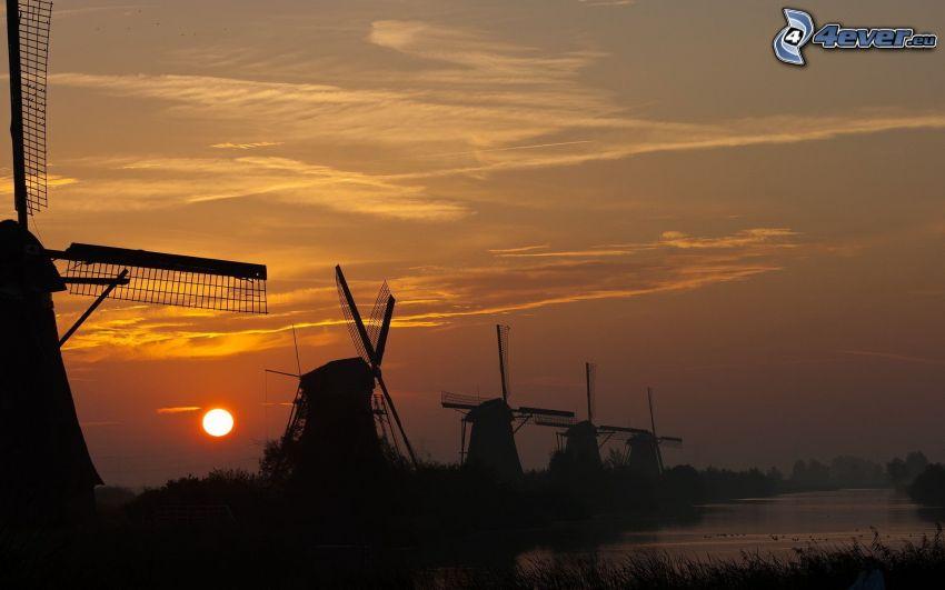 Molinos de viento, siluetas, puesta del sol