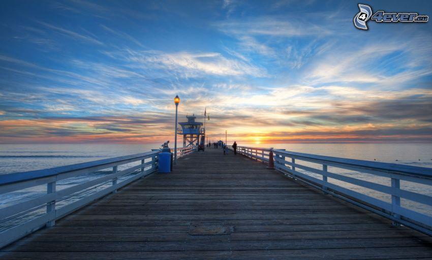 muelle de madera, puesta de sol en el mar, HDR