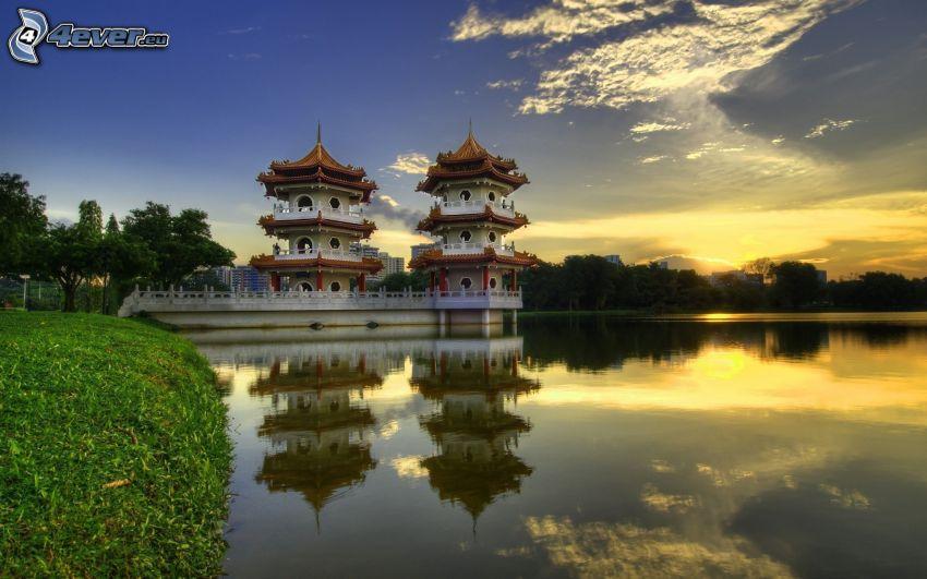 pagoda china, puesta de sol sobre el lago
