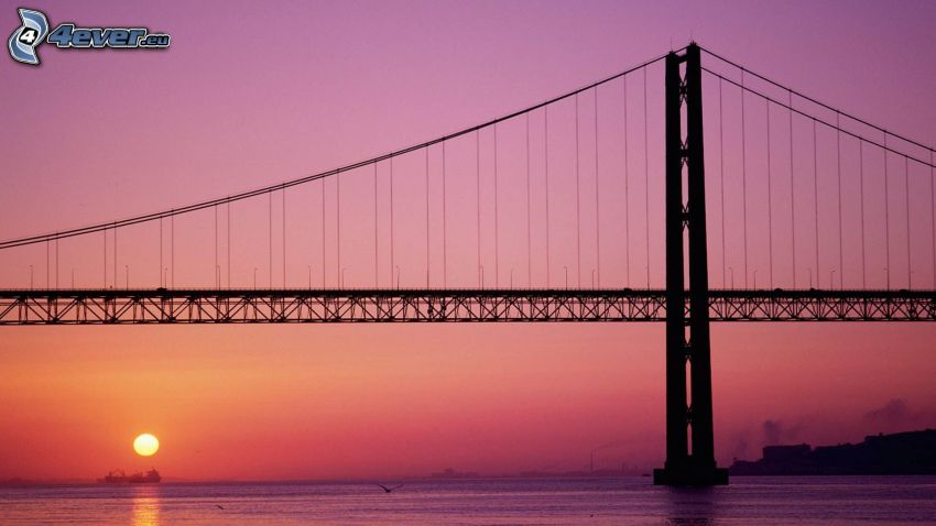 25 de Abril Bridge, puesta de sol en el mar