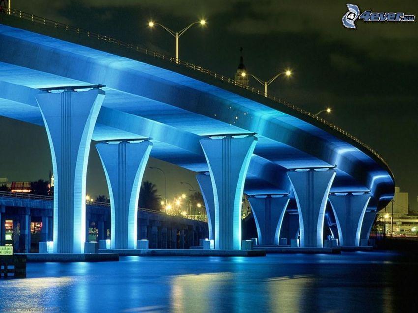 Autopista puente, iluminación azul