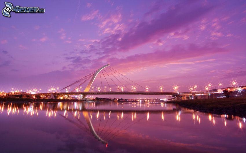DaZhi, puente iluminado, cielo púrpura