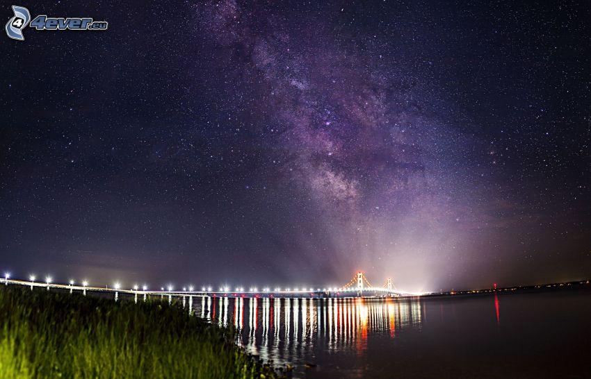 Mackinac Bridge, puente iluminado, cielo de noche, cielo estrellado
