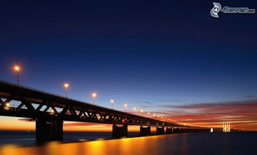 Øresund Bridge, después de la puesta del sol, cielo de la tarde, puente iluminado