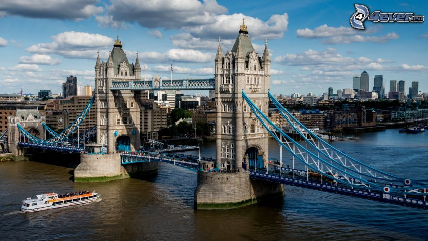 Tower Bridge, barco turístico, Río Támesis, Londres, nubes