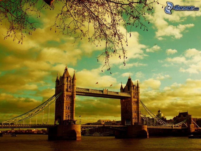 Tower Bridge, nubes