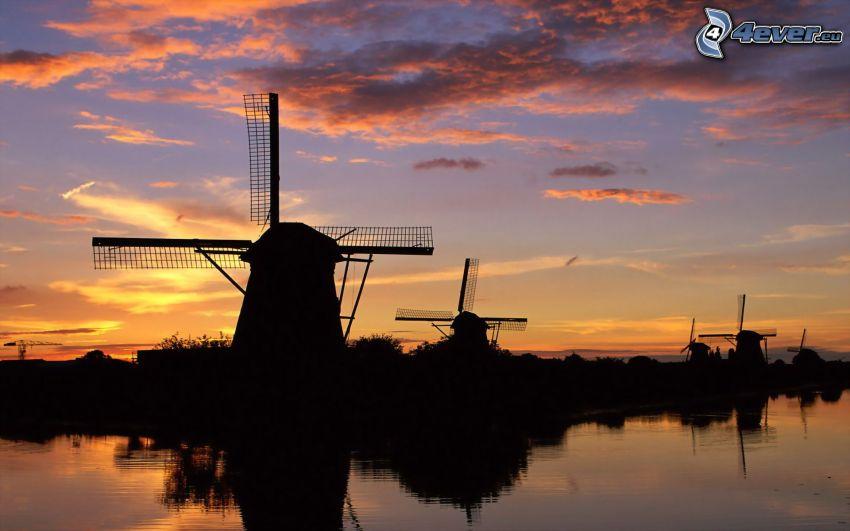 puesta de sol en los molinos de viento, siluetas, nubes