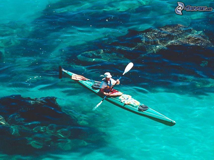 canoa, el mar azul