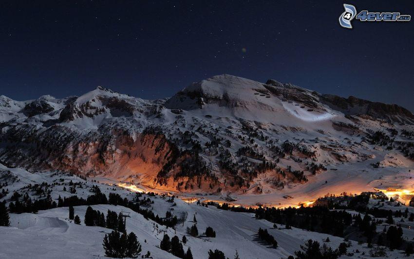 montaña rocosa, valle, luces, cielo de noche