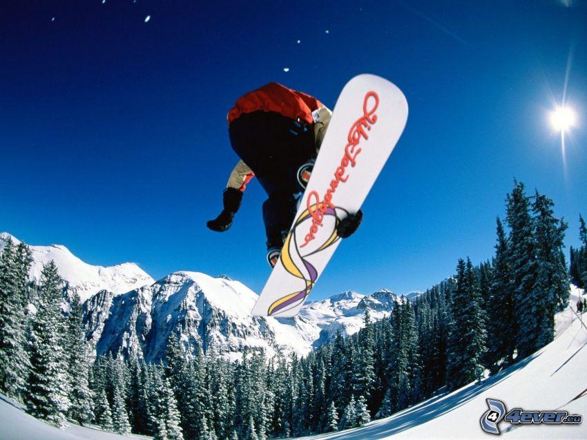 salto en tabla de snowboard, bosque, montañas