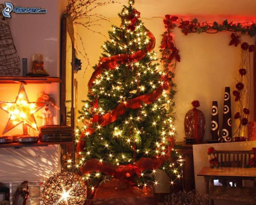 árbol de Navidad, habitación decorada para la Navidad