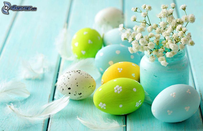 huevos de pascua, flores en un florero, plumas