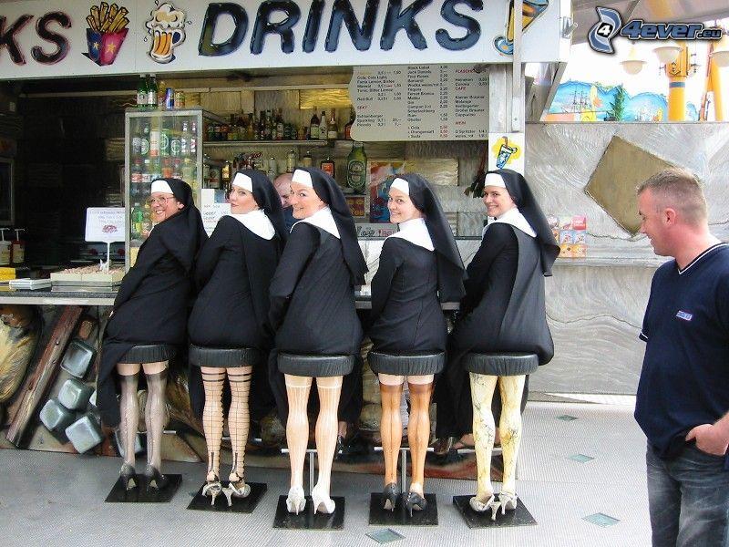 monjas detrás de un bar, pies