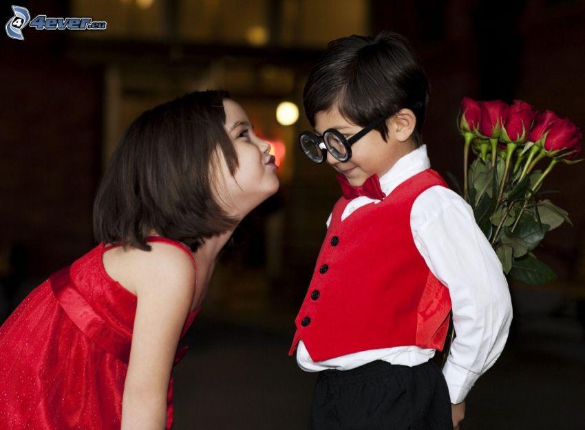 niños, beso suave, rosas rojas, gafas