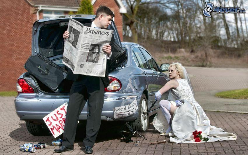 recién casados, novio, novia, coche, reparar, periódico