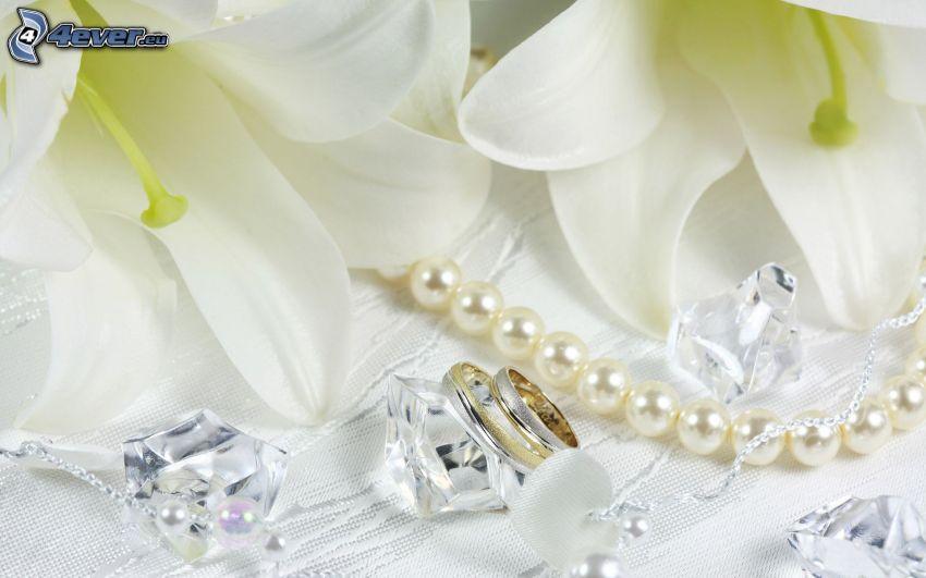 anillos, lirio, flores blancas, collar de perlas, diamantes