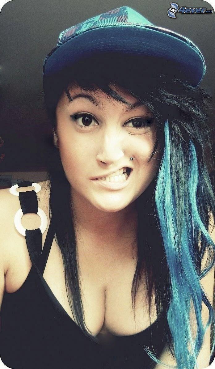 chica con piercings, cabello azul, gorro