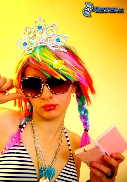 su imagen de niña, el pelo de color, gafas de sol, corona, traje de baño
